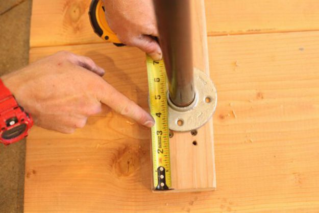 Centrar las piernas | Tabla de la pierna de la pipa DIY | Planes de banco de trabajo y tutorial de muebles rústicos