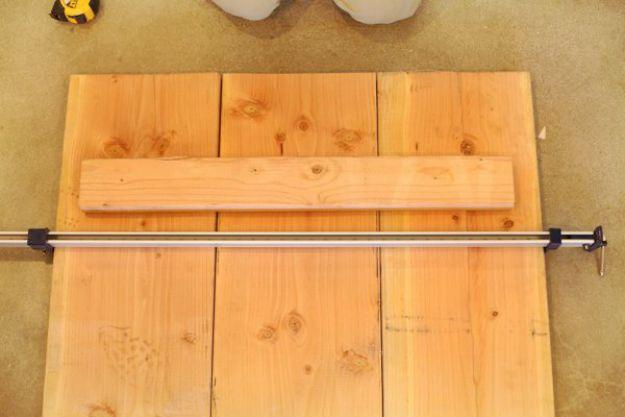 Use abrazaderas grandes a cada lado de la mesa | Tabla de la pierna de la pipa DIY | Planes de banco de trabajo y tutorial de muebles rústicos