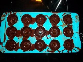Förmchen schwenken das die Schokolade schön am rand ist.