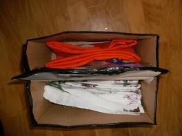 Aus dem Orangenen Stoff soll ein Sommerrock werden, Die Geblümten Stoffe sind die noch unfertigen Wäschewagen Zuschnitte.