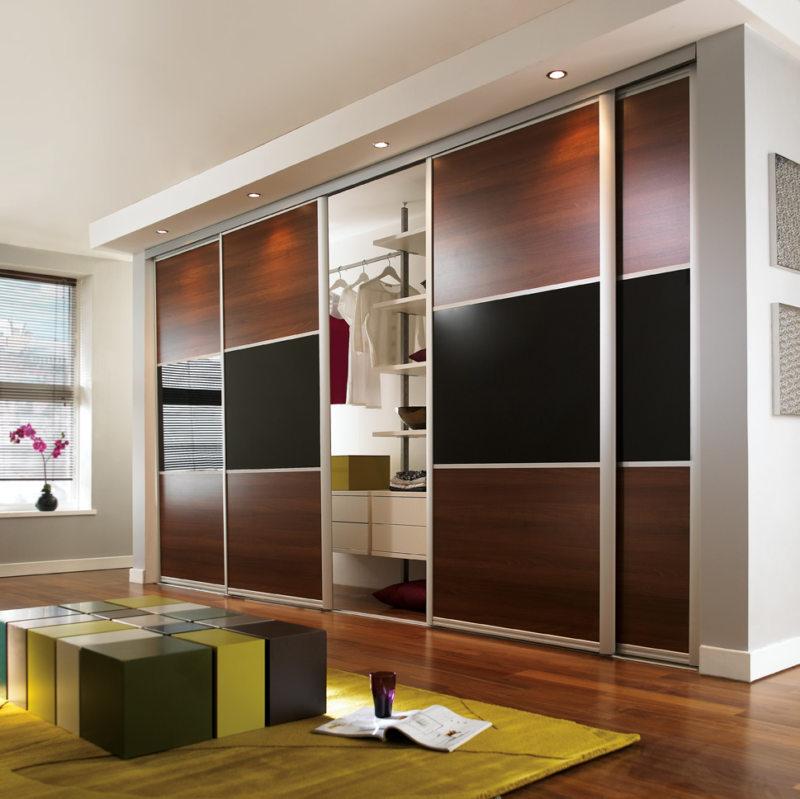 шкаф купе в гостиной на всю стену фото сопровождается выделением