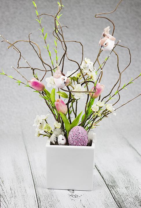 Jarné dekorácie s vtáčikmi a vajíčkami.