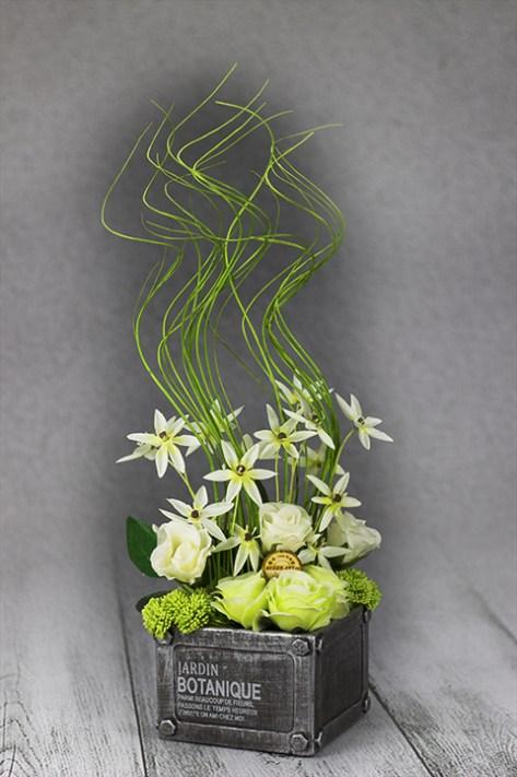 Exkluzívna dekorácie s kvetinami v modernej keramickej nádobe