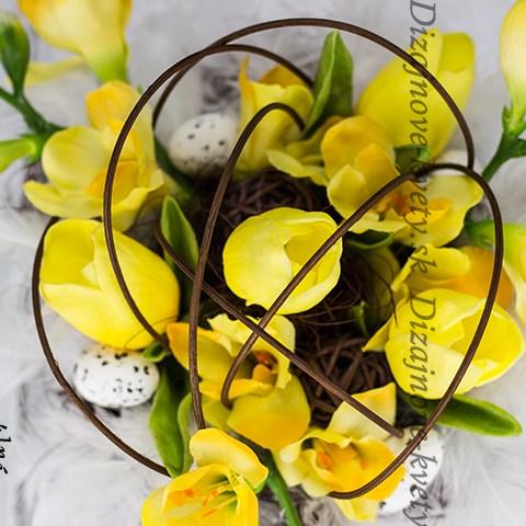 Moderná veľkonočná dekorácie s kvetinami