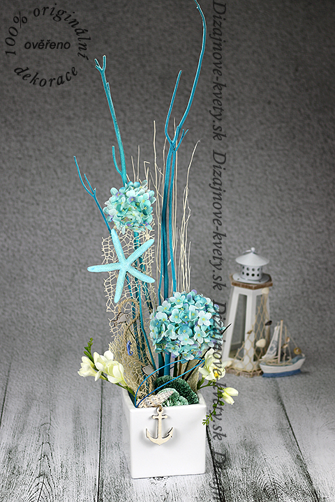 Veľká dekorácia v modrom nádychu s morskou tematikou.