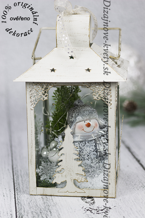 Zimný dizajn v lucerne pre dlhé večery a vianočné chvíle.