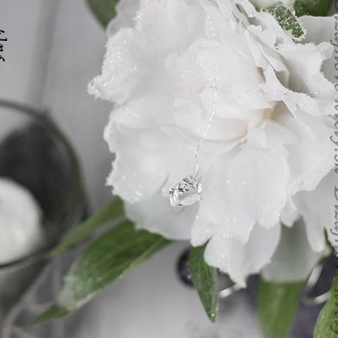 Vianočný svietnik s bielou kvetinou na stôl.