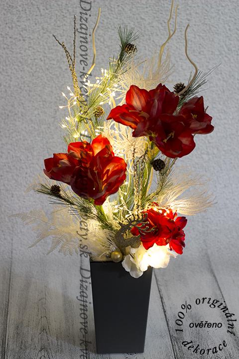 Vianočná kvetinová vezba s červenými kvety.