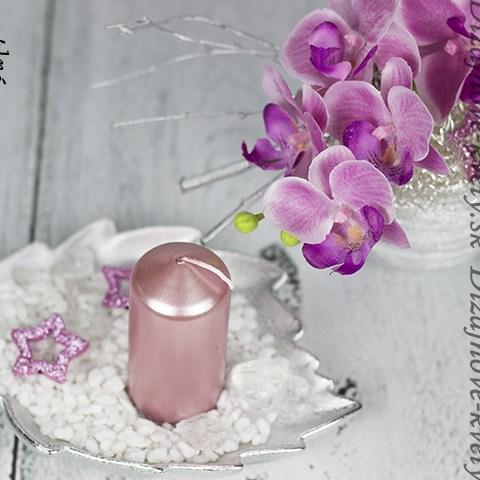 Luxus umelých kvetov kombinovaný s krásou ohňa sviečky.