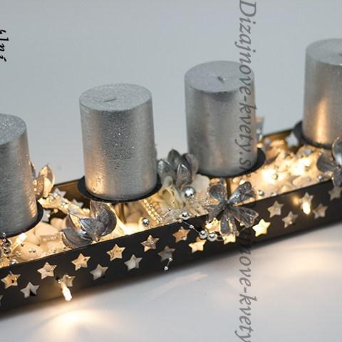 Luxusné vianočné svietnik v čiernej farbe so striebornými sviečkami