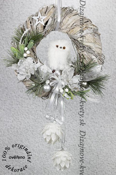 Vianočný veniec na zavesenie pomocou stuhy.