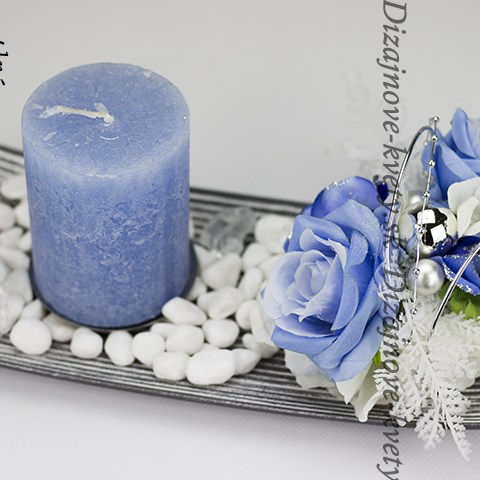 Dizajnový vianočný svietnik s modrou sviečkou a modrými kvetmi