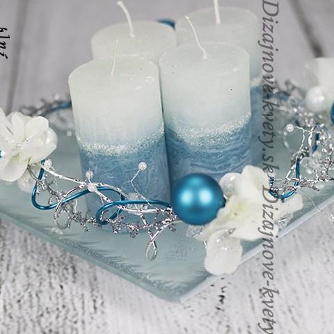 Svietnik v modrej ľadovej farbe s kvapľami.