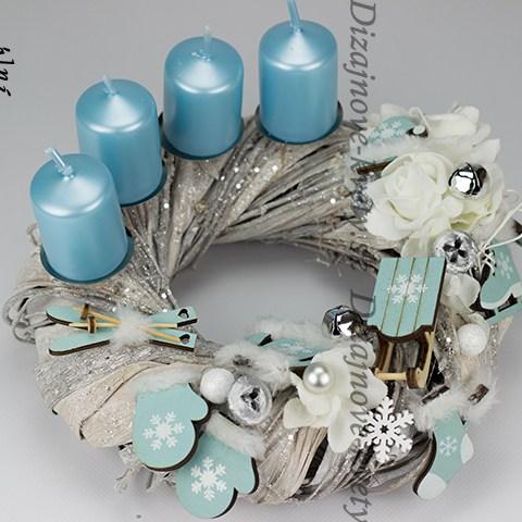 Moderné adventný veniec s modrými sviečkami
