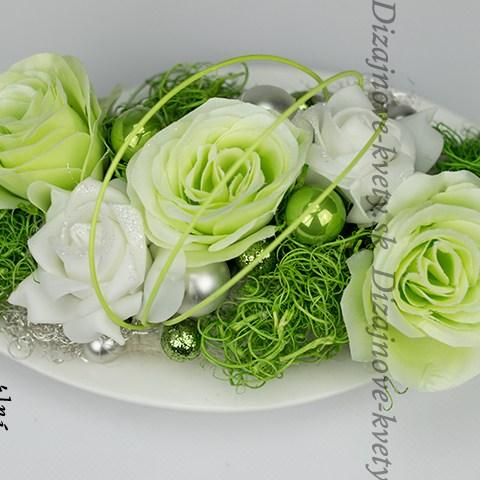 Vianočné aranžmá na stôl so zelenými ružičkami