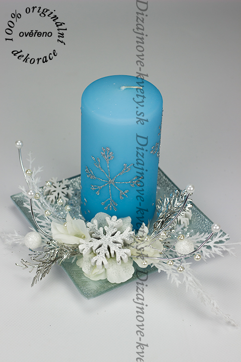 Moderný a originálný vianočný svietnik v modrej farbe pre vianočnú výzdobu