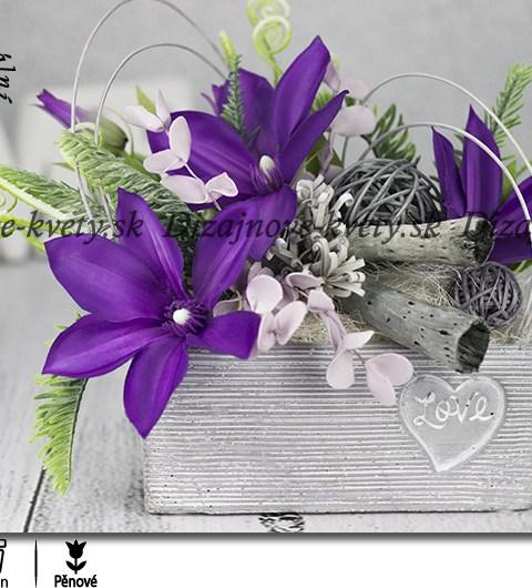 Dekorácie v šedom kvetináči Love s Clematisom