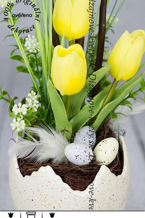 Jarné žlté tulipány v dekoračným vajíčku