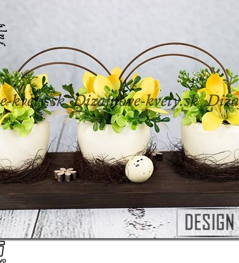 Dizajnová veľkonočná dekorácie so žltými kvetmi