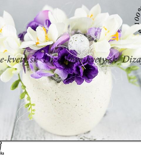 Veľkonočná škrupina s jarnými kvetmi vo fialových odtieňoch