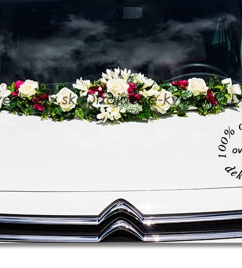 Kvetinový moderný aranžmán na svatobné auto