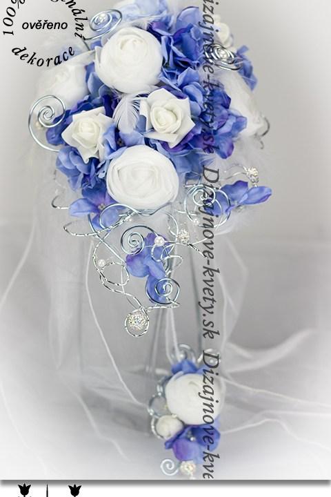 Svadobná kytice vo veľmi žiadanom modrom odtieni s bižutérijným doplnkami