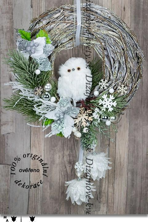Luxusný vianočný závesný veniec so sovou a snehobielymi šiškami