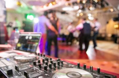 Ob Weihnachtsfeier oder eine andere Firmenfeier, buchen Sie DJ Jule aus Hamburg