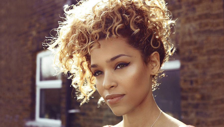 Izzy Bizu, chanteuse ethiopienne, nu soul, nu soul britannique, Glita, White Tiger, nouvel EP, Chris Martin, Lights On