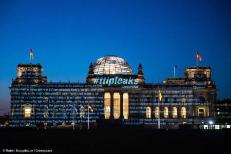 TTIP-Leaks an denReichstag projeziert