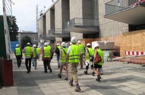 KJV-Gruppe auf dem Weg in die Oper