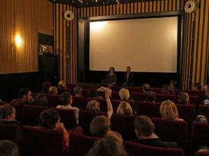 Intensives Gesrpäch nach der Filmvorführung: Laurentia Genske im Gespräch mit Frank Überall und den KJVlern. Foto: Corinna Blümel