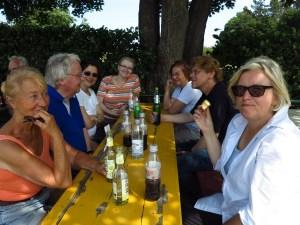 Erfrischung im Biergarten a, Kalscheurer Weiher. Foto: Angelika Staub