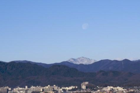 凍てつく朝の月