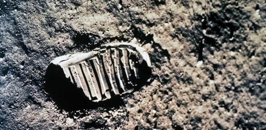 اثر قدم على القمر