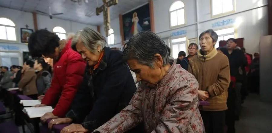 صينيون يؤدون الصلاة المسيحية