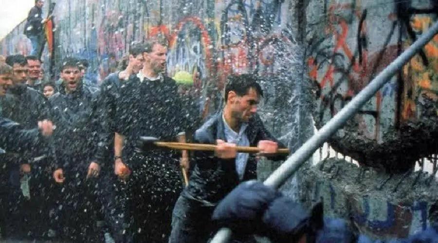 تهديم جدار برلين