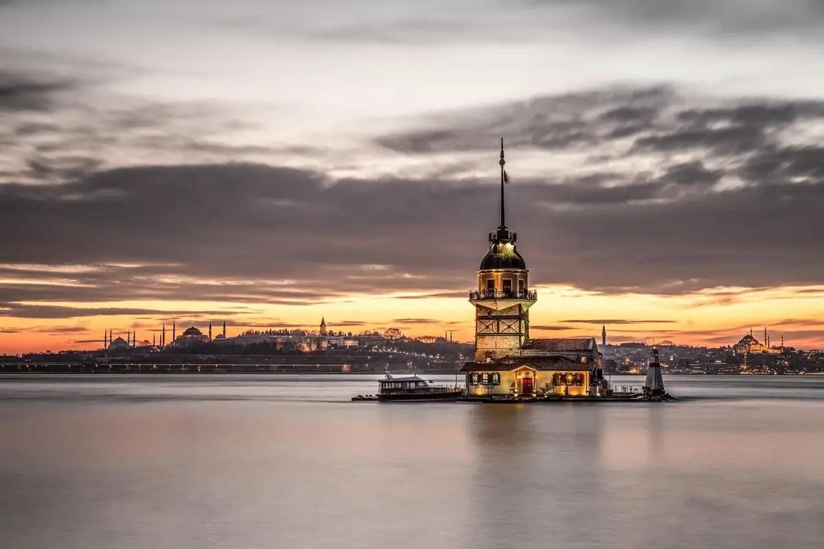 يقع برج العذراء في مدخل مضيق البوسفور ويحتوي على مقهى ومطعم رائع.