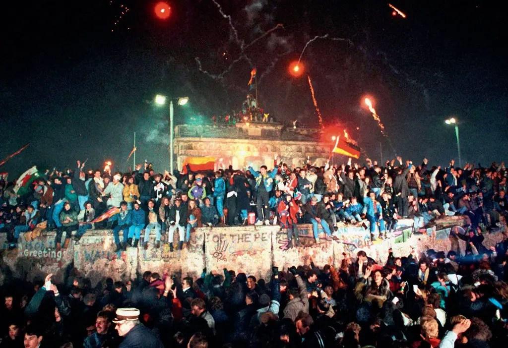 الاحتفال فوق حائط برلين.