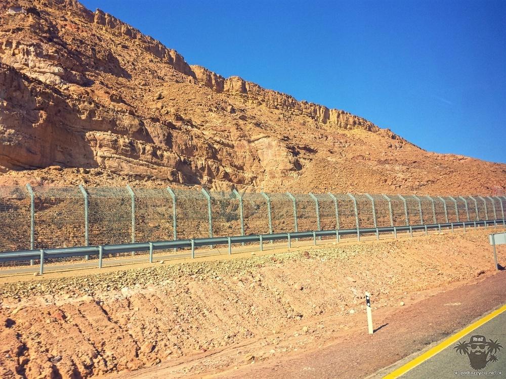 Spora część drogi prowadzi wzdłuż granicy z Egiptem