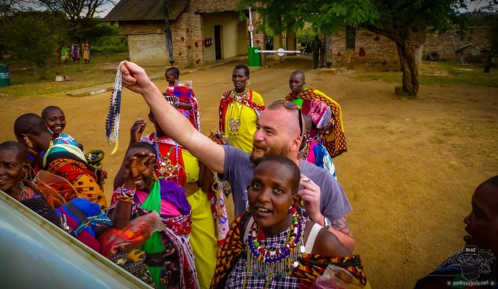Spotyka się z białym mężczyzną w Kenii