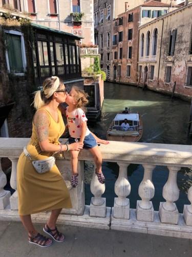 Besar a alguien en Venecia