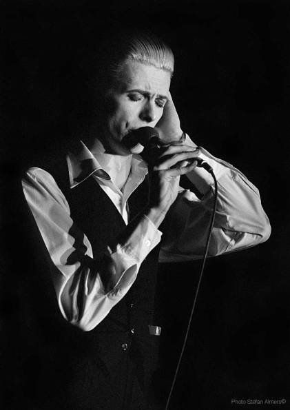 David Bowie singing Word On A Wing during the 1976 Isolar tour photographed by Stefan Almers © Stefan Almers