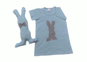 camisola infantil azul mescla com aplicação em sombra de coelhinho cinza e naninha de coelho combinando