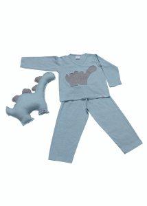 pijama de inverno azul claro com aplicação de dinossauro em cinza na camiseta e naninha em formato de dinossauro combinando