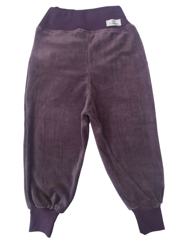 costas de calça infantil em plush roxa, com punho e cordão na cintura para regulagem
