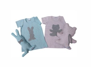 duas camisolas infantis, uma rosa e uma azul com aplicação tipo sombra em forma de urso e coelho e naninhas nos formatos de urso e coelho