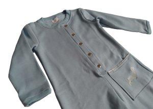 pijama macacão em moletom azul com bordado de cachorrinho cinza e fechamento em botão