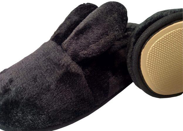 pantufa preta com orelhas de coelho e rabinho pompom. solado de borracha