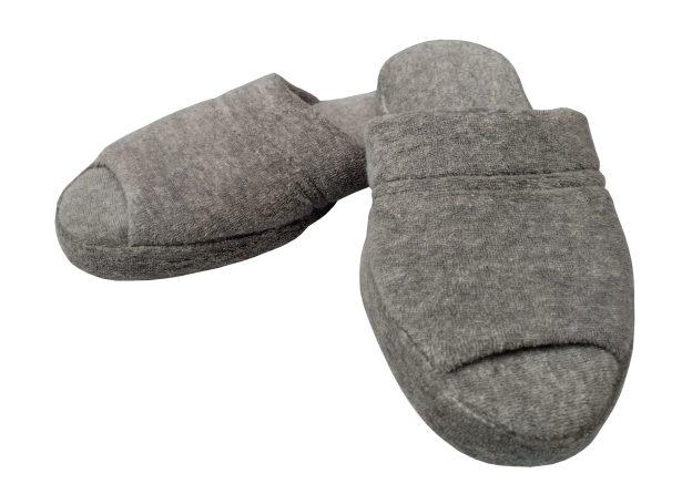 chinelo de quarto cinza com sola antiderrapante